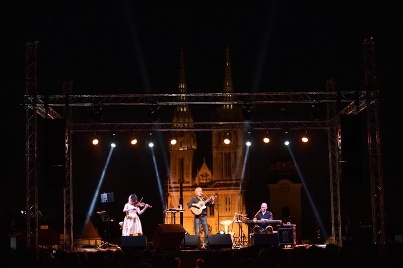 Rasprodanim koncertom na Gradecu, Rundek započeo turneju!
