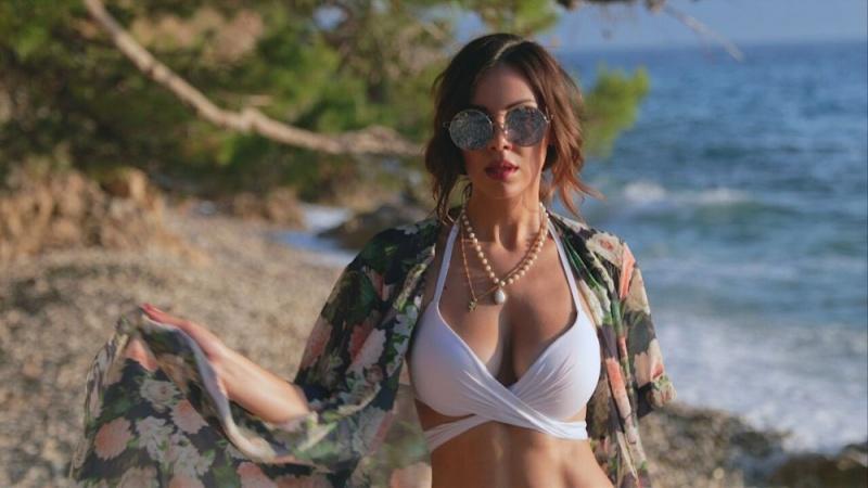 Vruće ljeto, morski valovi i prelijepa Žana!  Žanamari i Joshua Macks objavili novi sexy ljetni videospot