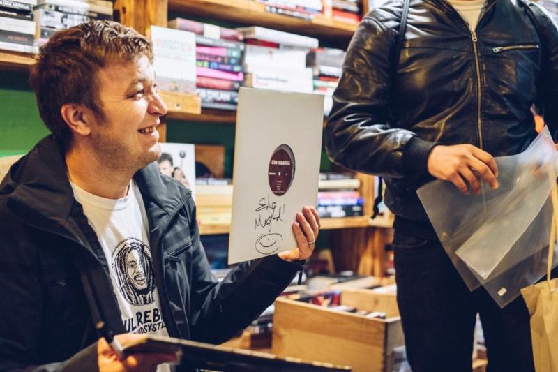 """Edo Maajka potpisivao vinilno, remasterirano izdanje """"Slušaj mater"""" i družio se s fanovima u Rockmarku!"""
