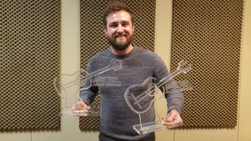"""Matija Cvek u Music pubu Zlatka Turkalja osvojio dvije nagrade – za najboljeg pjevača u 2020. godini i nagradu za najbolju pjesmu """"Nasloni se"""" feat. Matija Dedić"""